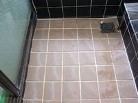風呂床タイル磨き前1